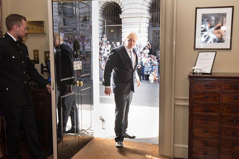 Boris Johnson wchodzi do siedziby i rezydencji premiera na 10 Downing Street