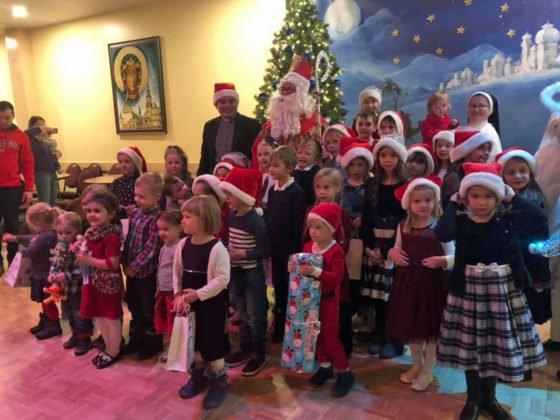 Spotkanie dzieci ze świętym Mikołajem w sali parafialnej przy Polskim Kościele 2019 1