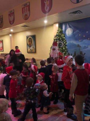 Spotkanie dzieci ze świętym Mikołajem w sali parafialnej przy Polskim Kościele 2019 10