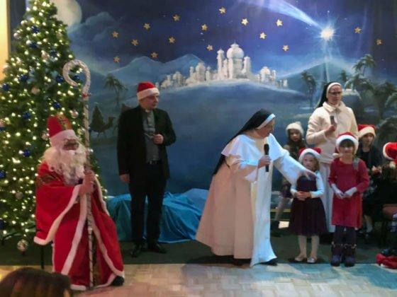 Spotkanie dzieci ze świętym Mikołajem w sali parafialnej przy Polskim Kościele 2019 3