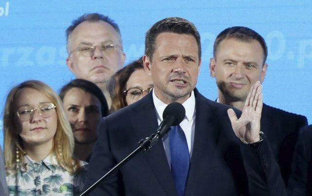 Popierany przez PiS prezydent Andrzej Duda i kandydat KO Rafał Trzaskowski zmierzą się w II turze wyborów prezydenckich. 1