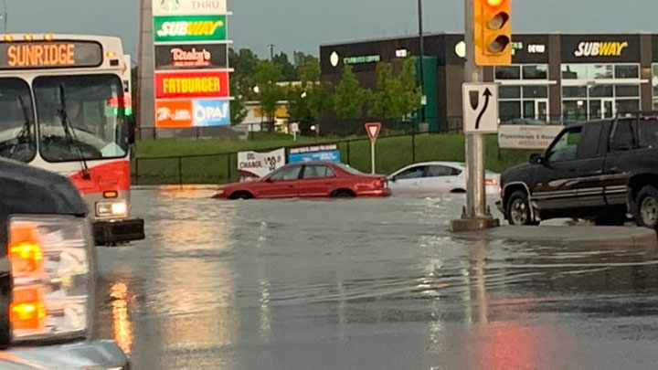 W sobote wieczorem ulewne deszcze i intensywny grad uderzyły w miasto, zalewając wiele dróg i niszcząc domy i samochody. 1