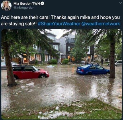 W sobote wieczorem ulewne deszcze i intensywny grad uderzyły w miasto, zalewając wiele dróg i niszcząc domy i samochody. 8