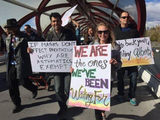 Protest przeciwko obowiazkowemu noszeniu masek w Calgary. 14
