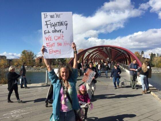 Protest przeciwko obowiazkowemu noszeniu masek w Calgary. 16