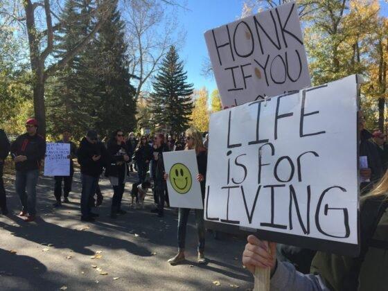 Protest przeciwko obowiazkowemu noszeniu masek w Calgary. 17