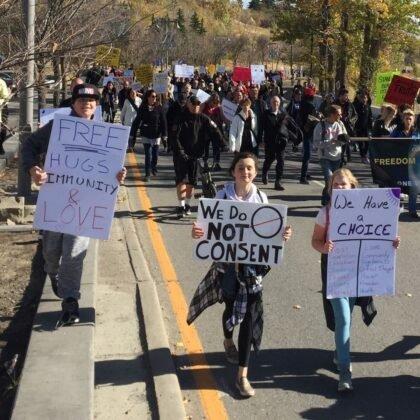 Protest przeciwko obowiazkowemu noszeniu masek w Calgary. 18