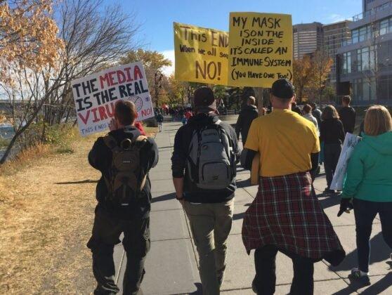 Protest przeciwko obowiazkowemu noszeniu masek w Calgary. 20