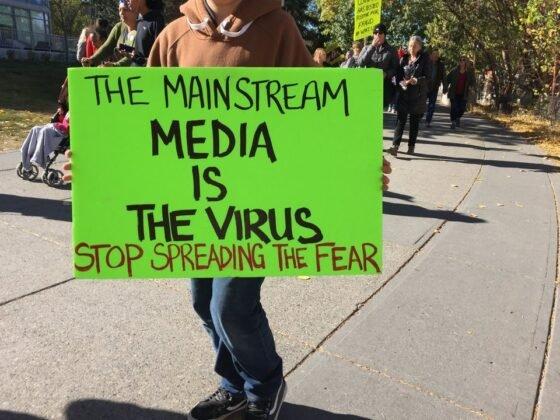 Protest przeciwko obowiazkowemu noszeniu masek w Calgary. 3