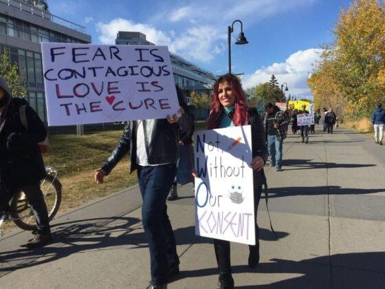 Protest przeciwko obowiazkowemu noszeniu masek w Calgary. 4