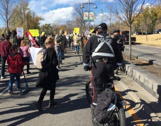 Protest przeciwko obowiazkowemu noszeniu masek w Calgary. 5