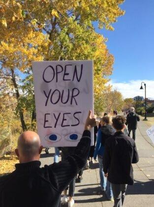 Protest przeciwko obowiazkowemu noszeniu masek w Calgary. 6