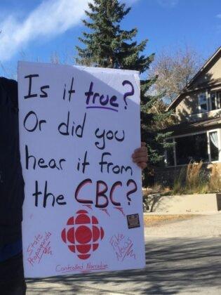 Protest przeciwko obowiazkowemu noszeniu masek w Calgary. 10